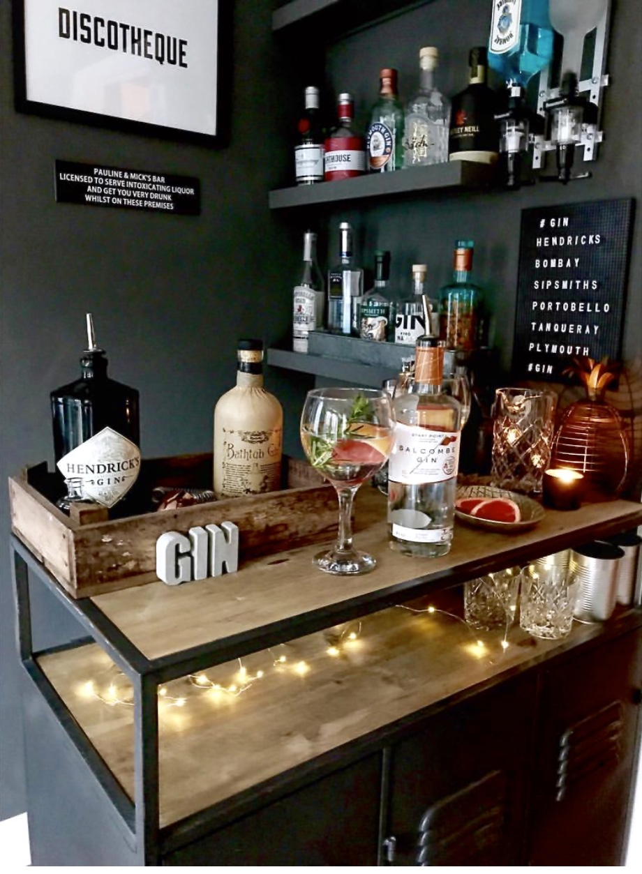 Pauline has incorporated both a cabinet and Gin shelves into the bar area in the corner of her 2nd sitting room. She turned into a bar room when her kids were in their late teens about 10 years ago so they had somewhere to have all their parties and pre drinks..... What a cool Mum!    @paulinesimpkin6