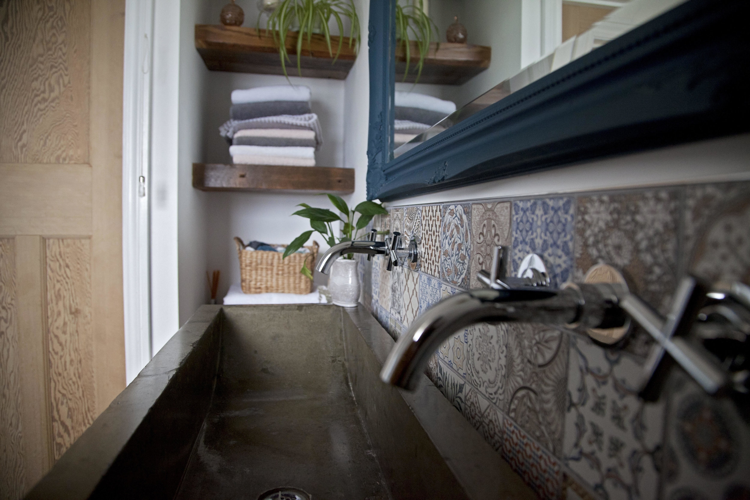 I love the mix of concrete, wood and plants in Miffy's bathroom.....
