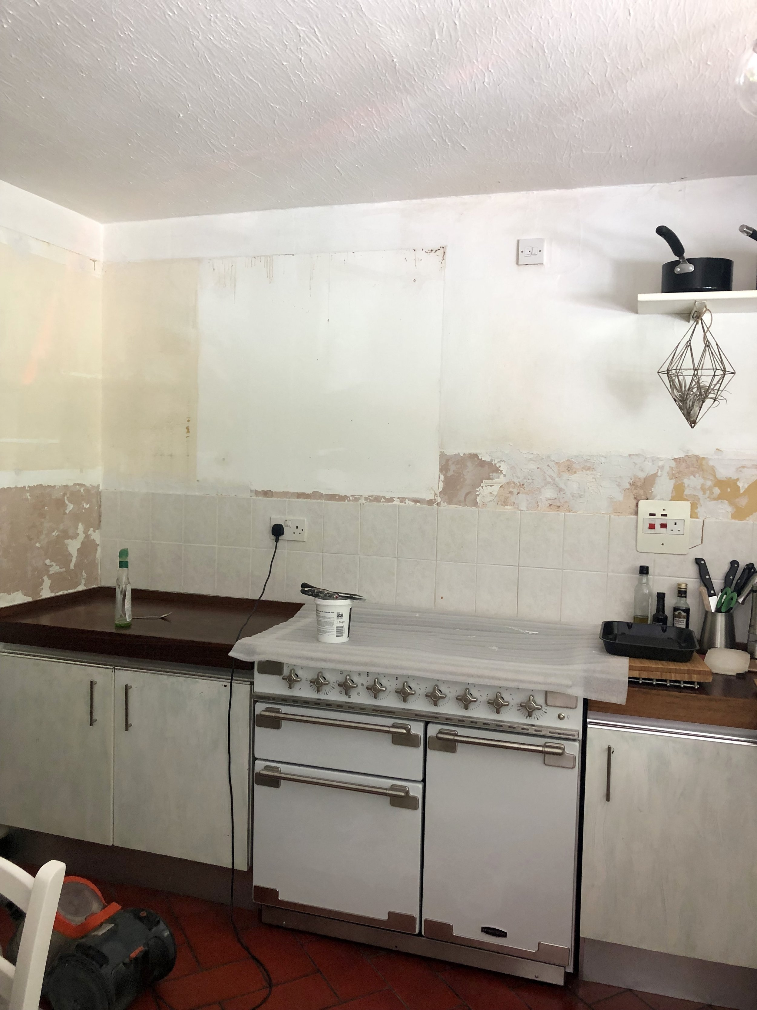 The range cooker is in and the walls filled and sanded….. Next job updating the tile run and wallpapering the back wall…..