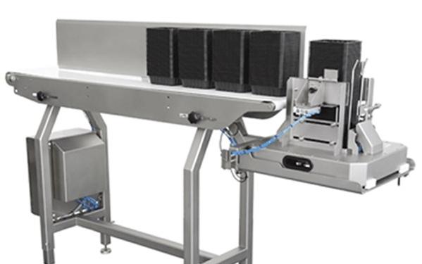Dauerhafte Effizienz - Durch die automatische Beladung des Entstaplers aus einem Magazin mit einer umfangreichen Kapazität, wird die Anzahl an manuellen Beladungszyklen minimiert. Auf diese Weise wird eine ununterbrochene Produktion mit höherer Produktionsleistung ermöglicht.