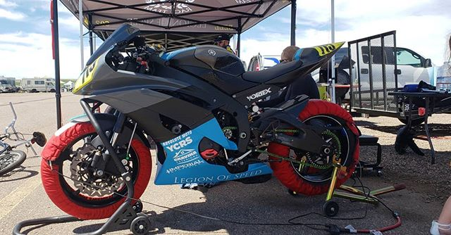 @_synack_  #chickenhawkwarmers #legionofspeed #imperialsportbikes #doneksnowboards#fronterangeengraving #gravinaexteriors #champschool #ycrs #64degreeracing #stompgrip #yamaha #r6 #racelife #tracklife