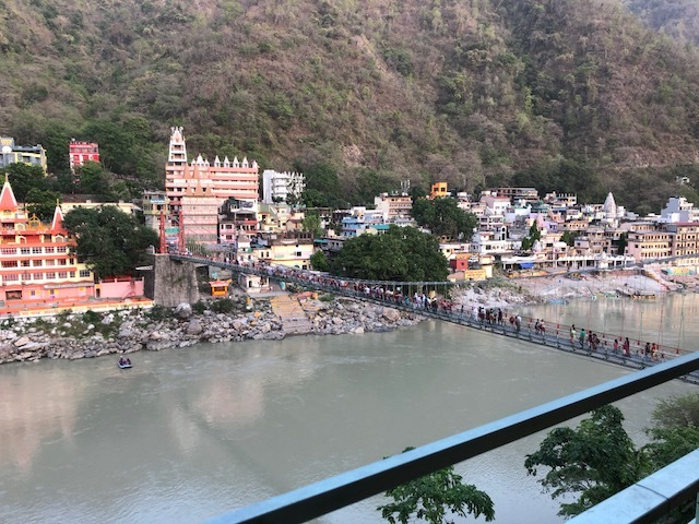 På en restaurang med utsikt över Ganges i Rishikesh
