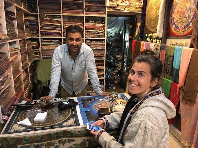 Gör inhandlingar i Dharamshala. Många varor är direktimporterade från Kashmir.