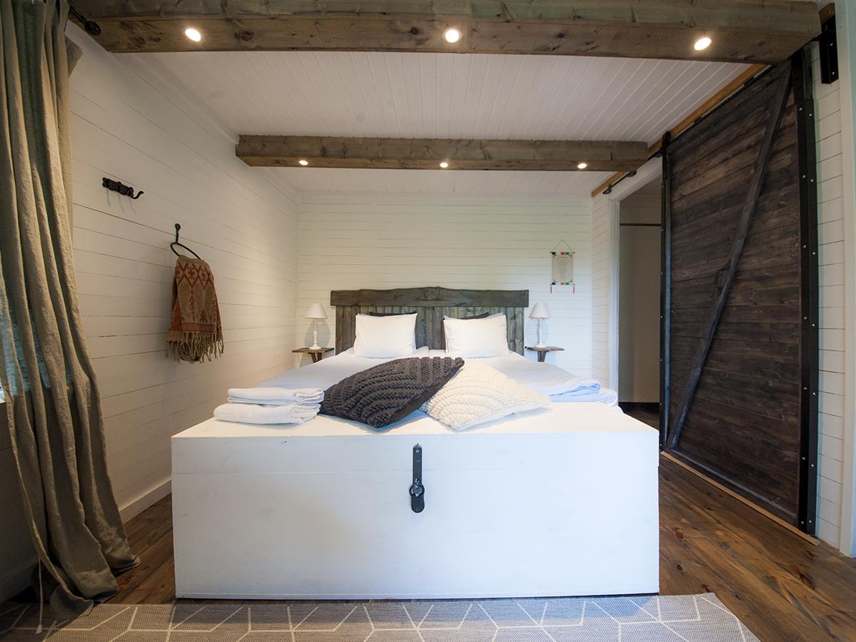Stugan - Den här lilla pärlan ligger lite avsides, med privat badrum och en terrass som blickar ut mot den vackra skogen.