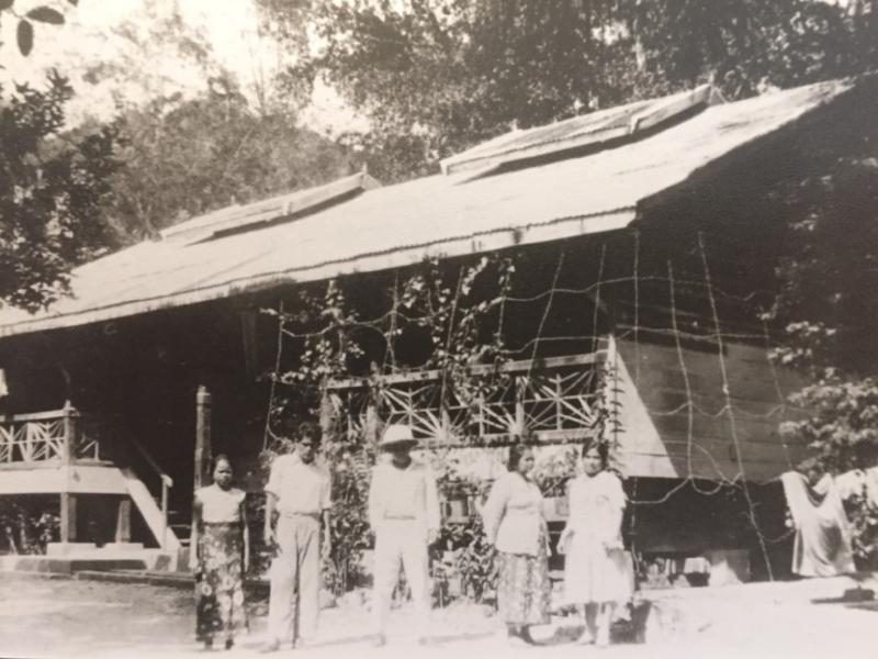 Oom Andre vluchtte vanuit Hutabalang naar zijn oma en broer in Sibolga, naar het huis van zijn al overleden opa Stins. Zijn oma is de tweede vrouw van rechts, omstreeks 1930.
