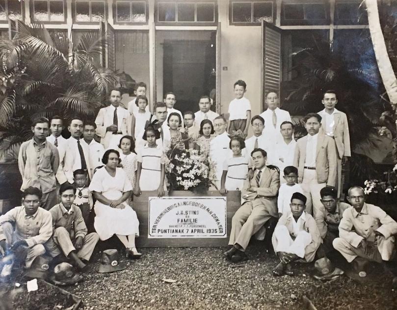 Pontianak, 1935. Afscheidsfoto voor mijn overgrootvader met zijn gezin en het personeel van de PTT Pontianak.