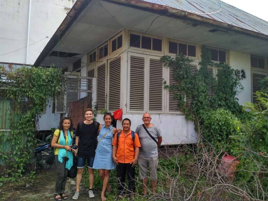 Een foto voor het huis op nummer 2 met Agus van het Kantor Pos. Ach.. zo kregen we in ieder geval een idee van hoe het er ooit uitzag.