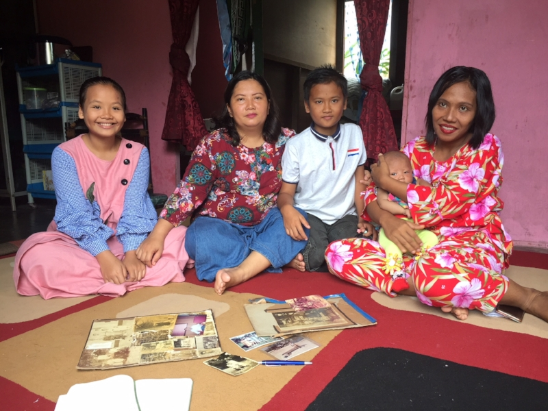 De familie Stins in Sibolga met de familiefoto's.