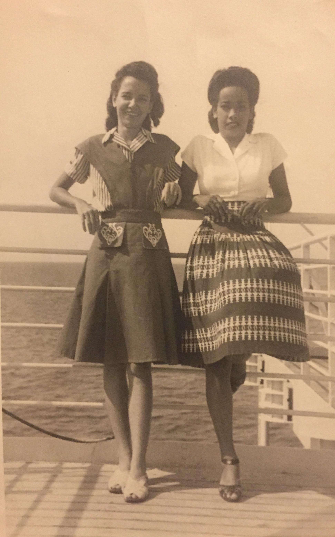 Mijn oma (rechts) met een vriendin op de ms Oranje, september 1947