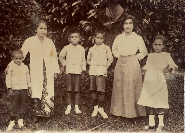 De eerste generatie Indische kinderen in mijn familie, Sumatra, omstreeks 1905 met hun Batakse (stief-)moeder
