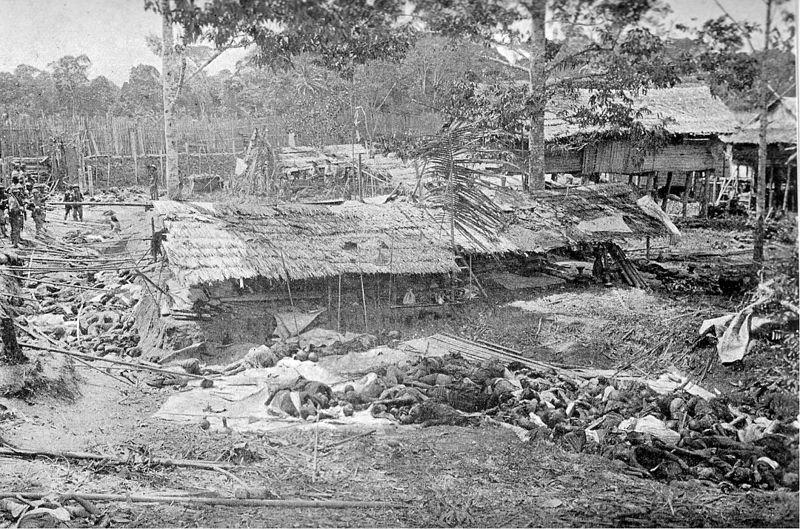 Foto van de slachtpartij in Kuta Reh, tijdens de Atjeh Oorlog in 1904:   De dorpelingen van Kuta Reh besloten om zich niet over te geven. Zij hadden als verdediging slechts een aarden wal en 75 ouderwetse voorladers. Van Daalen, die gewend was om de tactiek 'complete overgave of complete dood' te voeren, beval het dorpje aan te vallen. Bij de slachting werden 313 mannen, 189 vrouwen en 59 kinderen doodgeschoten