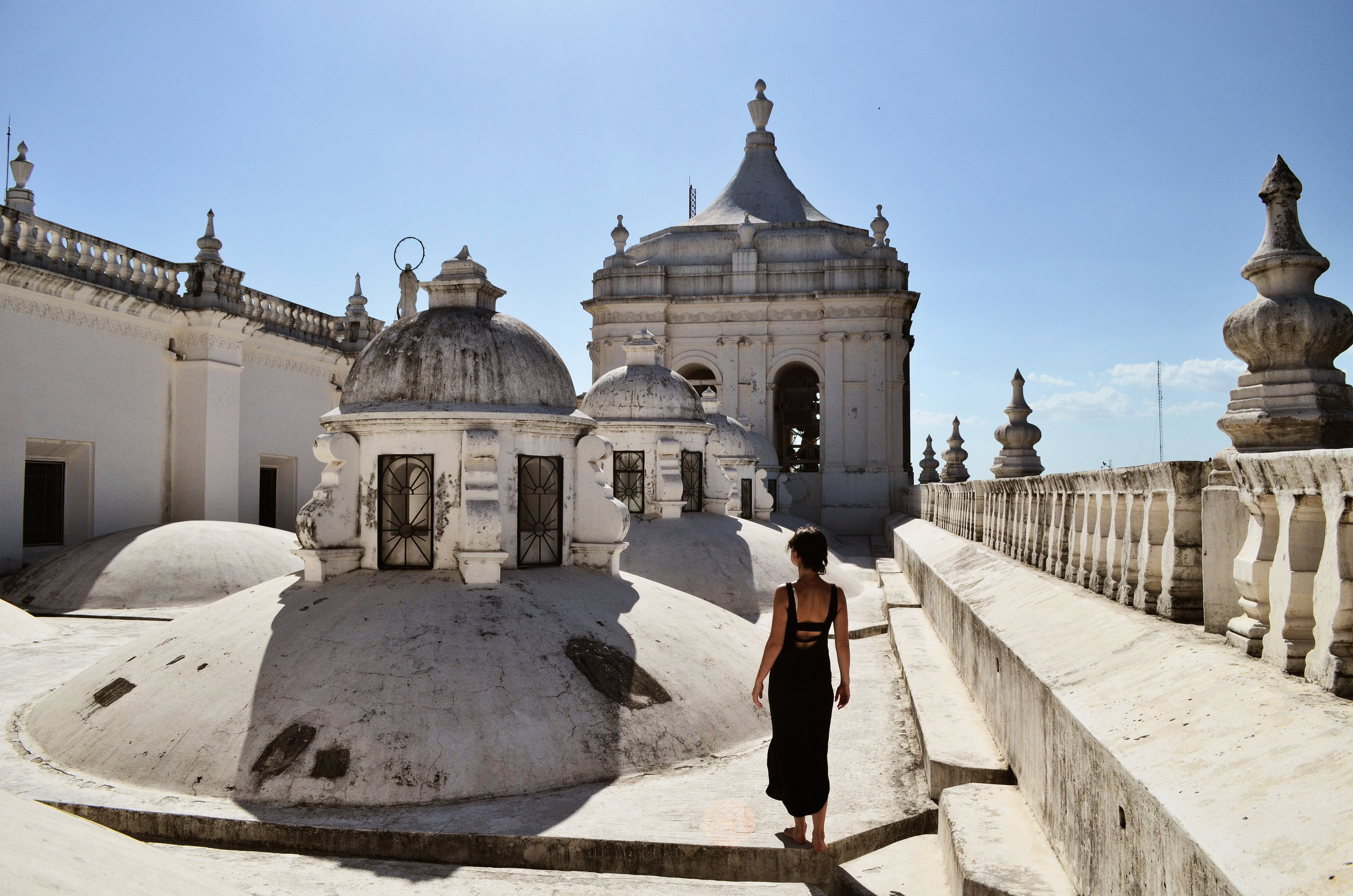 Walking barefoot on the rooftop of the Cathedral in León