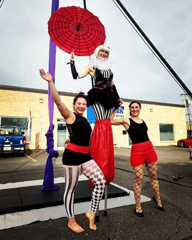 Thank you @40westarts for having us bring the 🎪CIRCUS🎪 out to play this past Friday 🎉 Our hearts are so full 🌈❤ We love connecting with the community through circus! #rainbowmilitia #rainbowlove #40westartsdistrict #communitycircus #circusconnection #circus #circusstreetparty #circusarts #circusshow #aerial #stilts #juggling #hooping #ohmy #allthecircus #circuskids #juggler #aerialsilks #aerialsling #silhouette