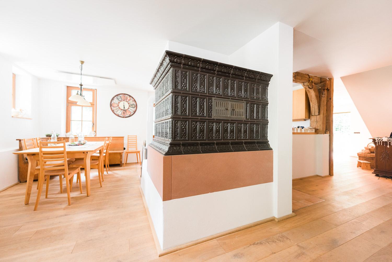 Schaetzle-Ofenbau-Referenz-Kachegrundofen-speicherfaehig-4-titel.jpg
