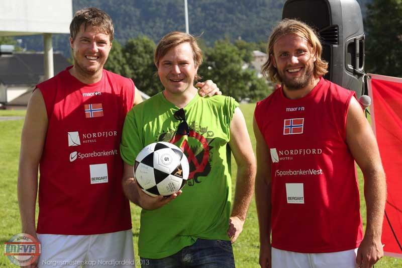 Arrangør Kristoffer Førde Aarskog, ordfører Alfred Bjørlo og arrangør Bjørn Totland. Foto: Stig Høynes, haugenfotball.no