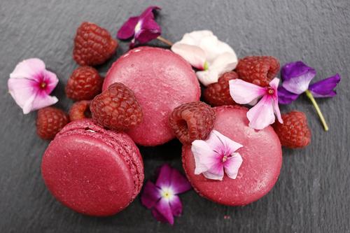fragolaI Per i nostri macarons alla fragola usiamo esclusivamente le fragole di Terracina. sono le più saporite. solo frutti di stagione quando sono più gustosi, quindi nel mese di maggio. -