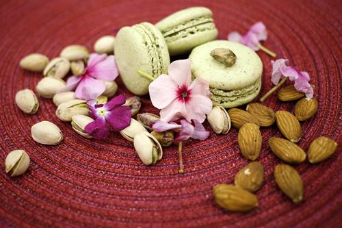 pistacchio di bronteA Bronte i pistacchi crescono sulle pendici dell'Etna, traendo nutrimento dalla tera fertile e dalla roccia lavica. Abbiamo variato lA ricetta ORIGINALE per renderE i macarons AL PISTACCHIO ancora più buoni. -