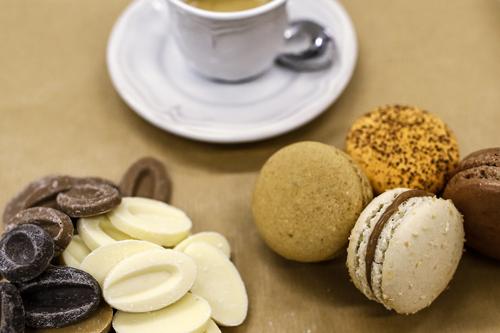 cioccolato fondenteIl macaron al cioccolato, insieme al caffè, è la vostra passione. la nostra versione, sposa L'equilibrio perfetto tra le note calde e quelle di liquirizia per una eccezionale persistenza del gusto. -