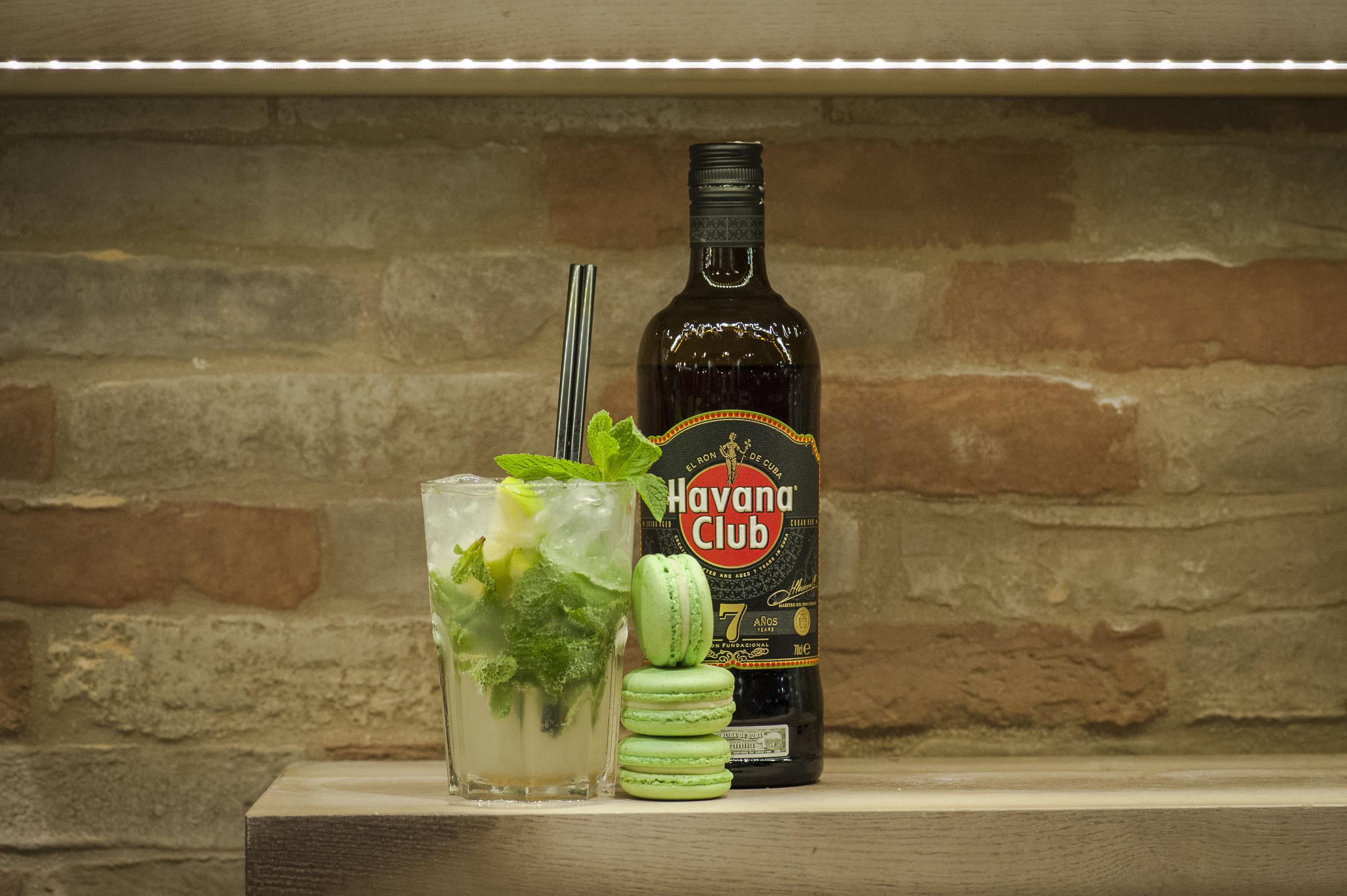 mojitorum bianco, foglie di menta e zucchero di canna per i macarons al cocktail di origine cubana. -