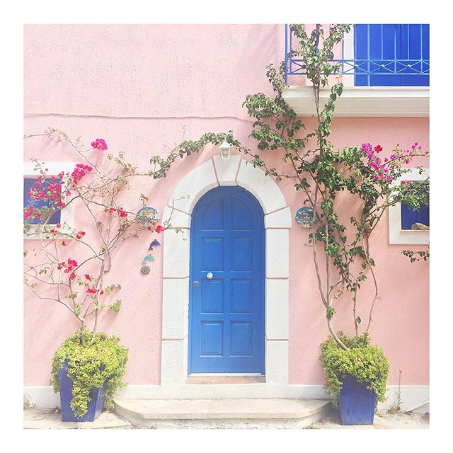 We found a house we like 💙💕 #asos #greece #kefalonia #inspiration #home #design #bluedoor #pinkwalls #exteriordesign #whencanwemovein