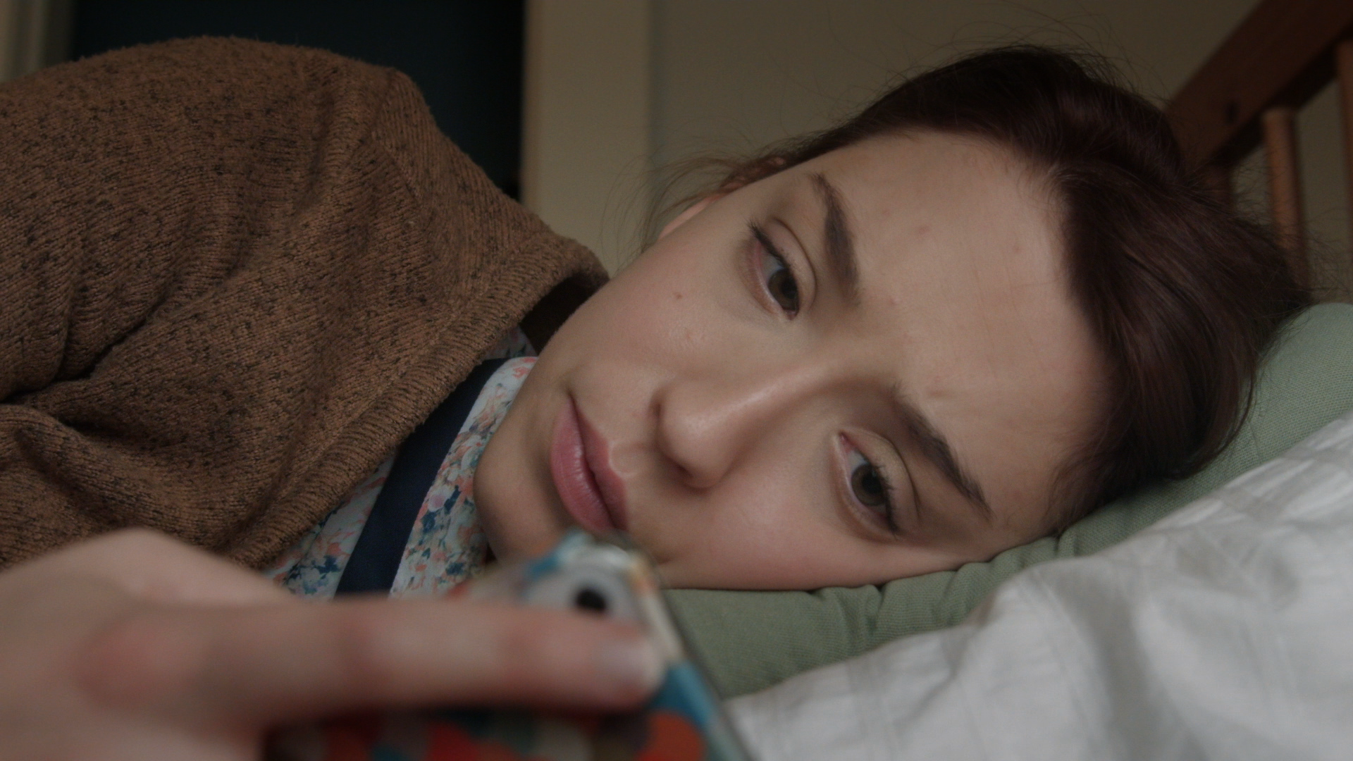 Dolore - lying down looking at phone.png