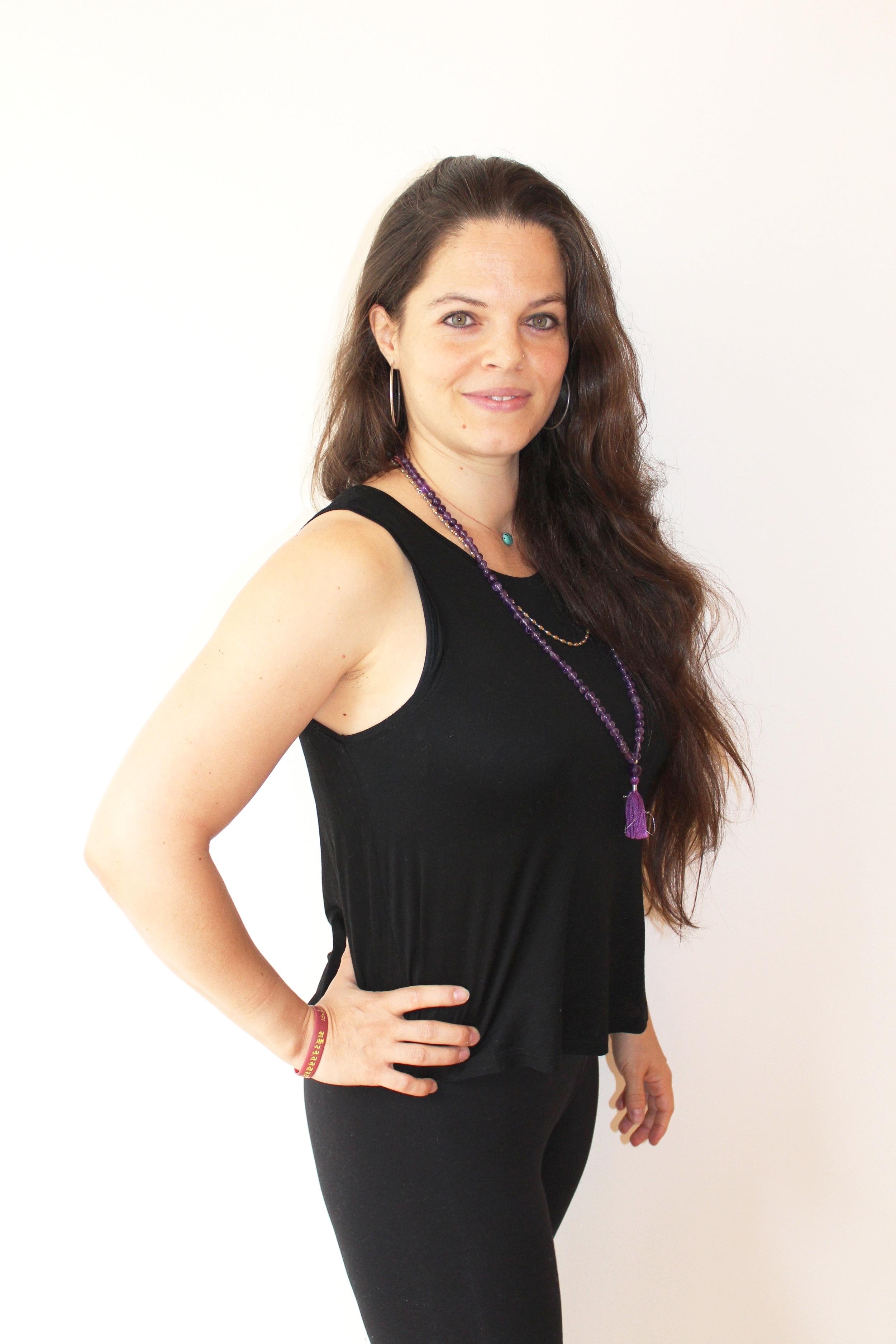 SOFIA - Sofia a découvert le yoga en 2007 à l'Atelier de yoga de Jean Lechim, à Lausanne. Instantanément, ce fut le coup de foudre. Non seulement devait-elle tomber en amour pour le Hatha yoga mais aussi pour la méditation. La boîte de pandore était ouverte pour ne plus se refermer. Elle a ainsi continué à approfondir tant sa pratique de yoga que sa pratique méditative au fil des ans, en parallèle à l'exercice du métier d'avocate. Malgré une vie matériellement bien remplie, elle se sentait profondément insatisfaite. Comme un sentiment de s'assécher de l'intérieur. C'est pourquoi, en 2013, elle pris la décision radicale de cesser cette activité professionnelle et est partie pour l'Asie, pour un périple qui la mènera en Inde, au Népal, au Tibet… Ayant posé ses bagages dans l'Himalaya durant quatre ans, elle est à présent de retour en Suisse riche en enseignement issus de l'Advaita Vedanta, d'en enseignements et pratiques bouddhistes reçus notamment auprès de maîtres bouddhistes tibétains, mais aussi d'expériences yoguiques . Sofia s'est en effet consacrée à l'étude et la pratique du yoga et a conclu un yoga teacher training intensif de hatha (ashtanga) yoga de 500 heures à Chennai, dans le sud de l'Inde, auprès de l'Asana Andiappan College of Yoga and Research Center (reconnu par Yoga Alliance). En parallèle, elle s'est aussi formée à l'Ayurveda et à la Yoga thérapie, également avec un training de 500 heures au même endroit ainsi qu'auprès de l'Ayurveda Sanctuary, dans le Kerala.Sofia est également une enseignante certifiée du programme