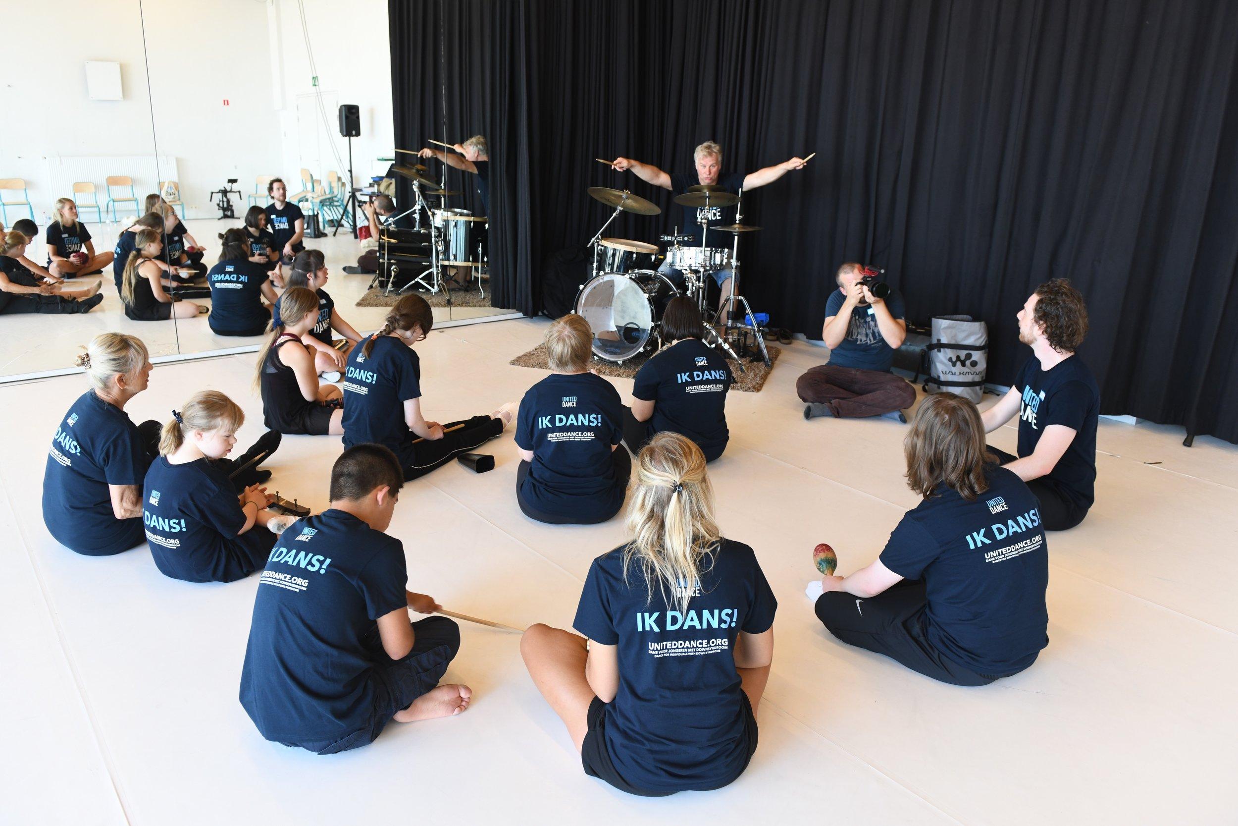 Percussionist Koen Lieckens en de deelnemers van de United Dance dansstage Antwerpen 2018