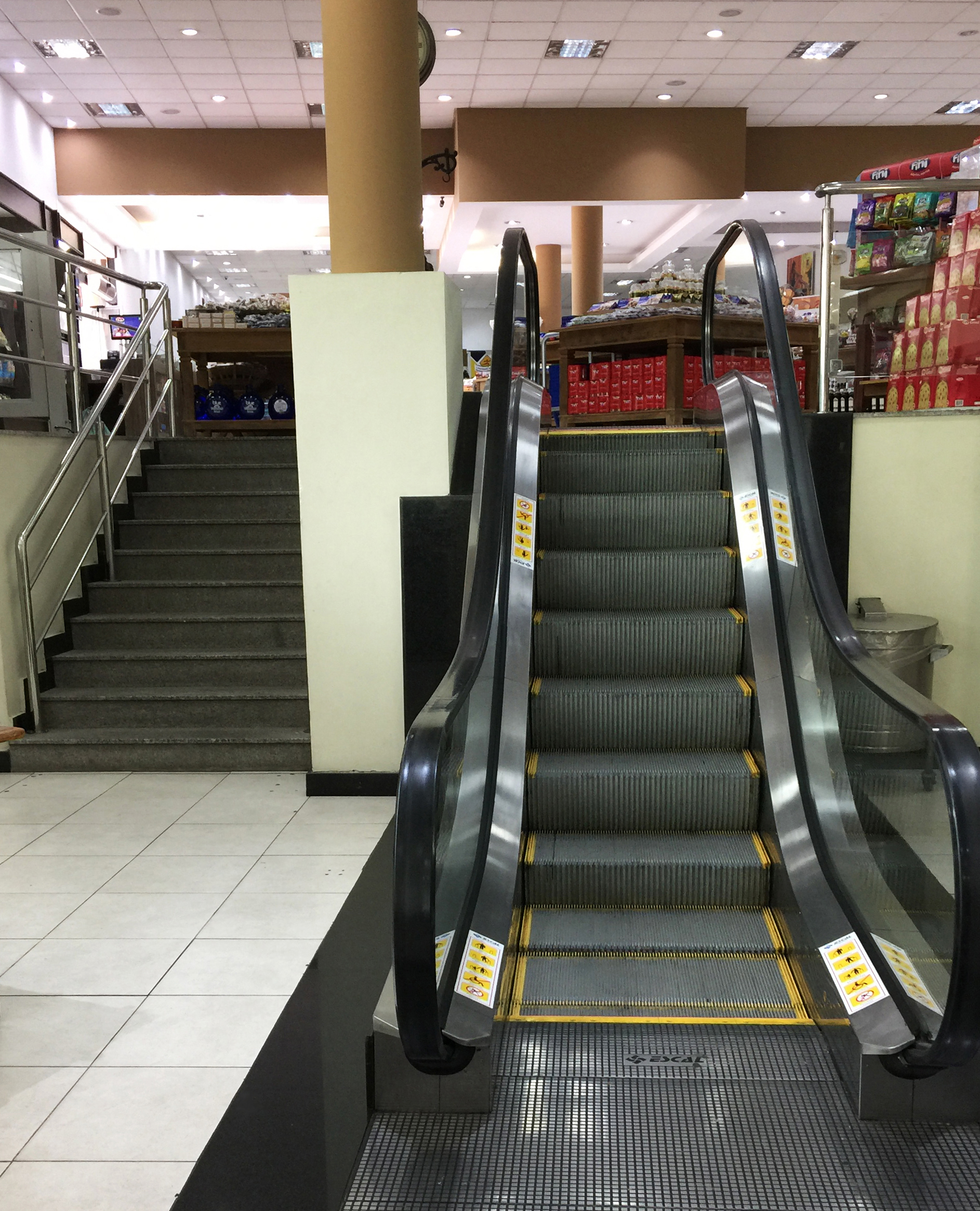 escalator, graal rest stop,minas gerais, brasil - At only seven steps, the World's Shortest Escalator. Cf. the staircase to the left, with ten steps.