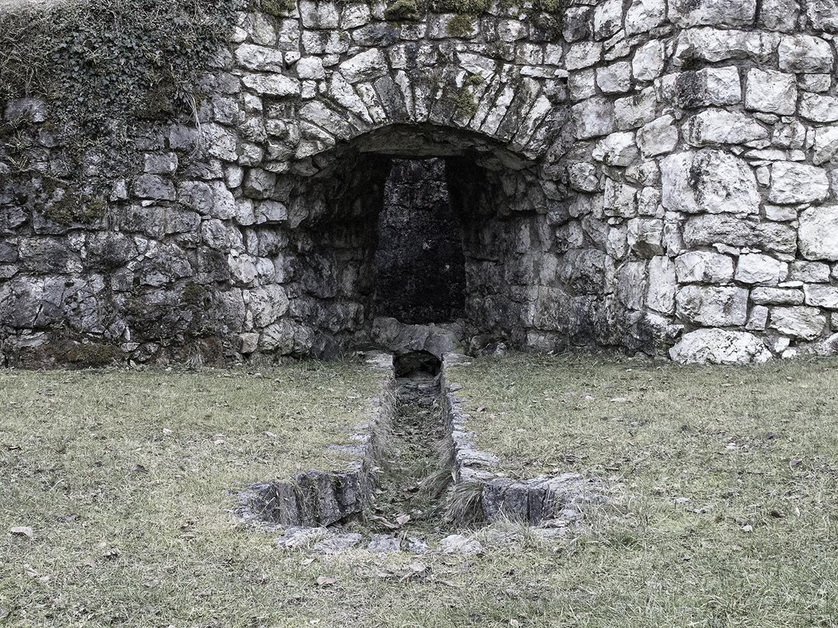 """La bocca frontale del forno della """"Calchera de Boro"""""""