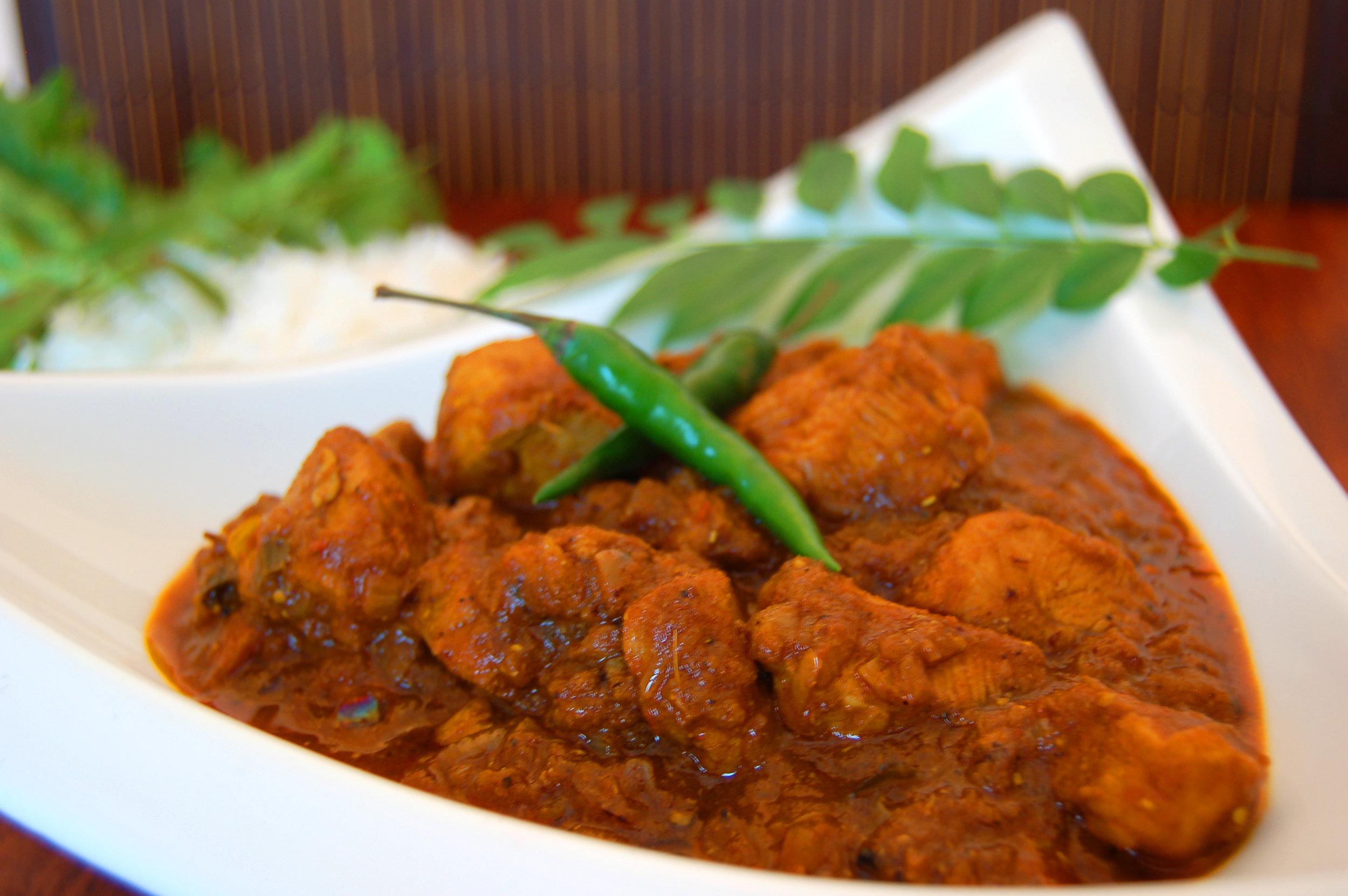 VINDALOO TRÈS ÉPICÉS - {Vindaloo Masala Arvinda's}Vindaloo est originaire de l'exotique Goa, région côtière du Sud de l'Inde, réputée pour ses combinaisons de saveurs internationales et ses traditions culinaires de l'Inde et du Portugal. Ce cari aigre-doux épicé convient parfaitement au poulet ou au porc.