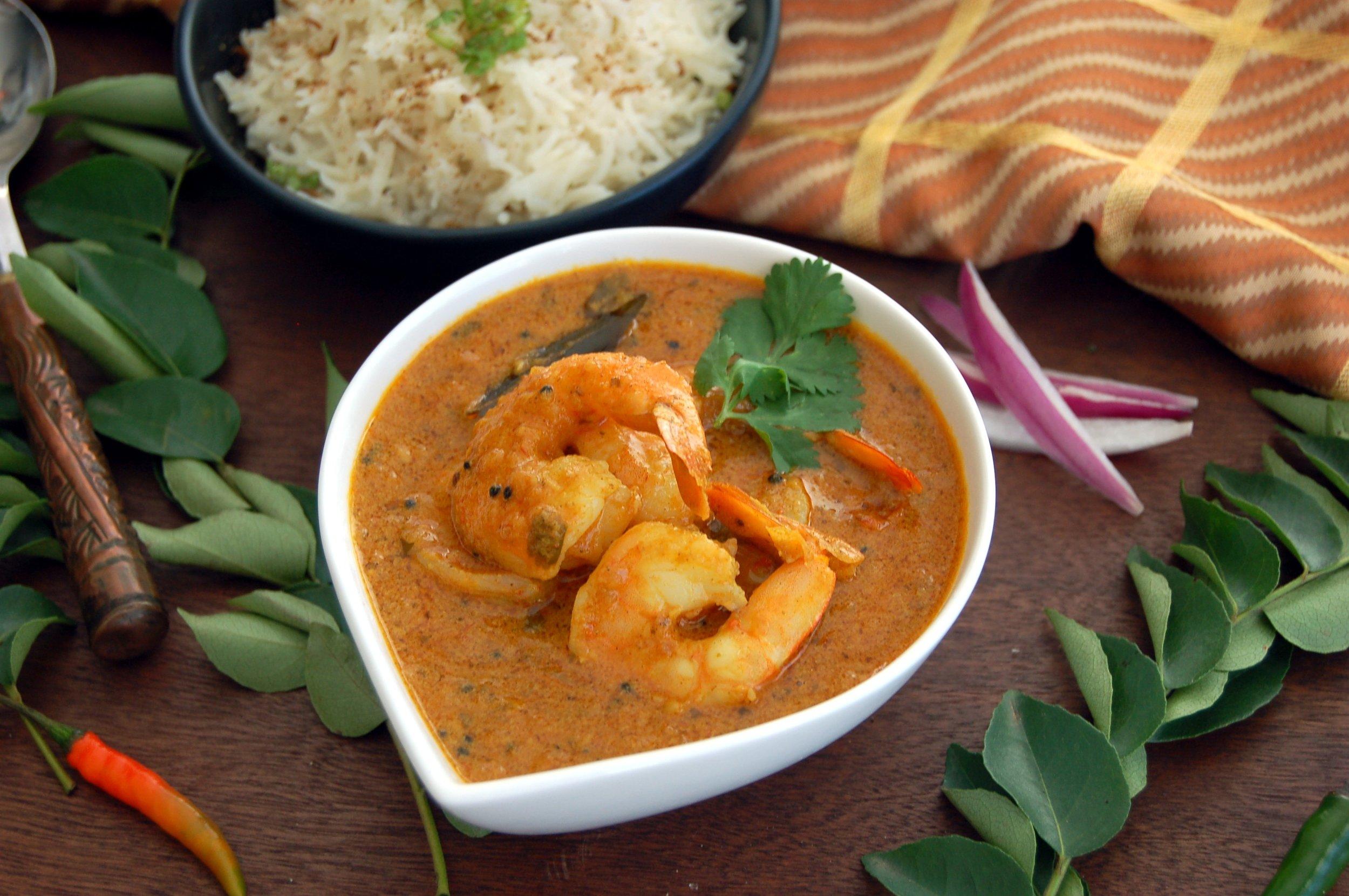 CARI de CREVETTES À LA NOIX de COCO MADRAS - {Madras Masala Arvinda's}Cuisinez ce cari à la noix de coco, décadent et alléchant, qu'on vous servirait dans les régions côtières du Sud de l'Inde. En combinant la noix de coco et les feuilles de cari au Madras Masala Arvinda's, vous concocterez un cari poivré qui éclipsera les mets favoris de tous les amateurs de fruits de mer! Sans gluten et sans produits laitiers.