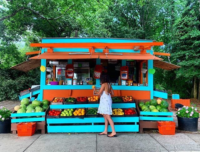I came across the CUTEST fruit & veggie stand on my mini road trip through The OBX. The best part about it? It's family owned + operated & the tip jar goes towards the daughter's college tuition [which btw, she was the best saleswoman I've ever met!]. Thanks for the yummy 🍉 🍊🍌 @tomatoshack !