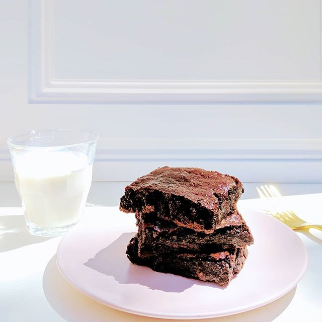 Gooey paleo chocolate fudge brownies with a cold glass of almond milk. 🍫🥛 As clean as it gets... Californian blanched almond flour, organic coconut oil, pasture-raised organic eggs, organic honey... Would you like to see this as a regular item in the Sweet Diplomacy brick-and-mortar store? 😉 . . . . . . . . . . . . . . . . #sweetdiplomacyco #SweetDiplomacy #GlutenFree #GlutenFreeDesserts #modernglutenfree #PaleoDessert #PaleoSnacks #GlutenFreeBakery #PaleoPastryChef #PaleoBrownies #paleo  #PaleoBakery #PaleoTreats #PaleoSweets #PaleoPatisserie #GlutenFreeTreats #GlutenFreeCakes #BayAreaGlutenFree #BayAreaFoodie #BayAreaEvents #paleobakedgoods #bayareapaleodessert #BayAreaPaleo #BayAreaCrossFit #crossfitsnacks #crossfitsiliconvalley #CrossFitFuel #CleanSnacks #cleandesserts