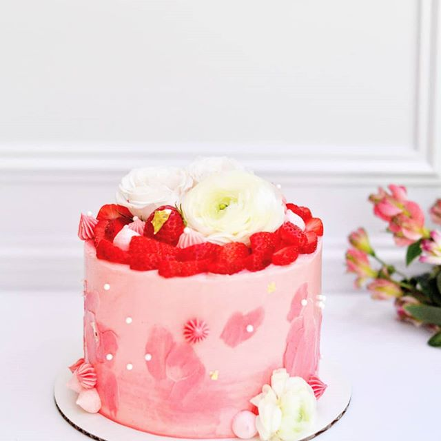 Take a deep breath... Relax. Smell the strawberries...🍓🍓🍓 Vanilla buttery sponge cake with strawberry jam filling and strawberry meringue buttercream topped with fresh strawberries. Basically, a strawberry therapy for all problems in life. #🍓 . . . . . . . . . . . . . . . #SweetDiplomacy #Cake #Cakes #Desserts #strawberrycake #cakeoftheday #cakesofinstagram #cakedecorating #strawberries #GlutenFree #GlutenFreeDesserts #GlutenFreeBakery  #GlutenFreeTreats #GlutenFreeCake #GlutenFreeBaking #glutenfreecakes #BayAreaGlutenFree #BayAreaCakes #BayAreaEvents  #BayAreaDesserts #BayAreaEats #BayAreaCeliac #bayareaglutenfreebakery #BayAreaSweets #BayAreaBakery #BestBayAreaBakery #SiliconValleyEvents #SiliconValleyEats #SiliconValleyCakes