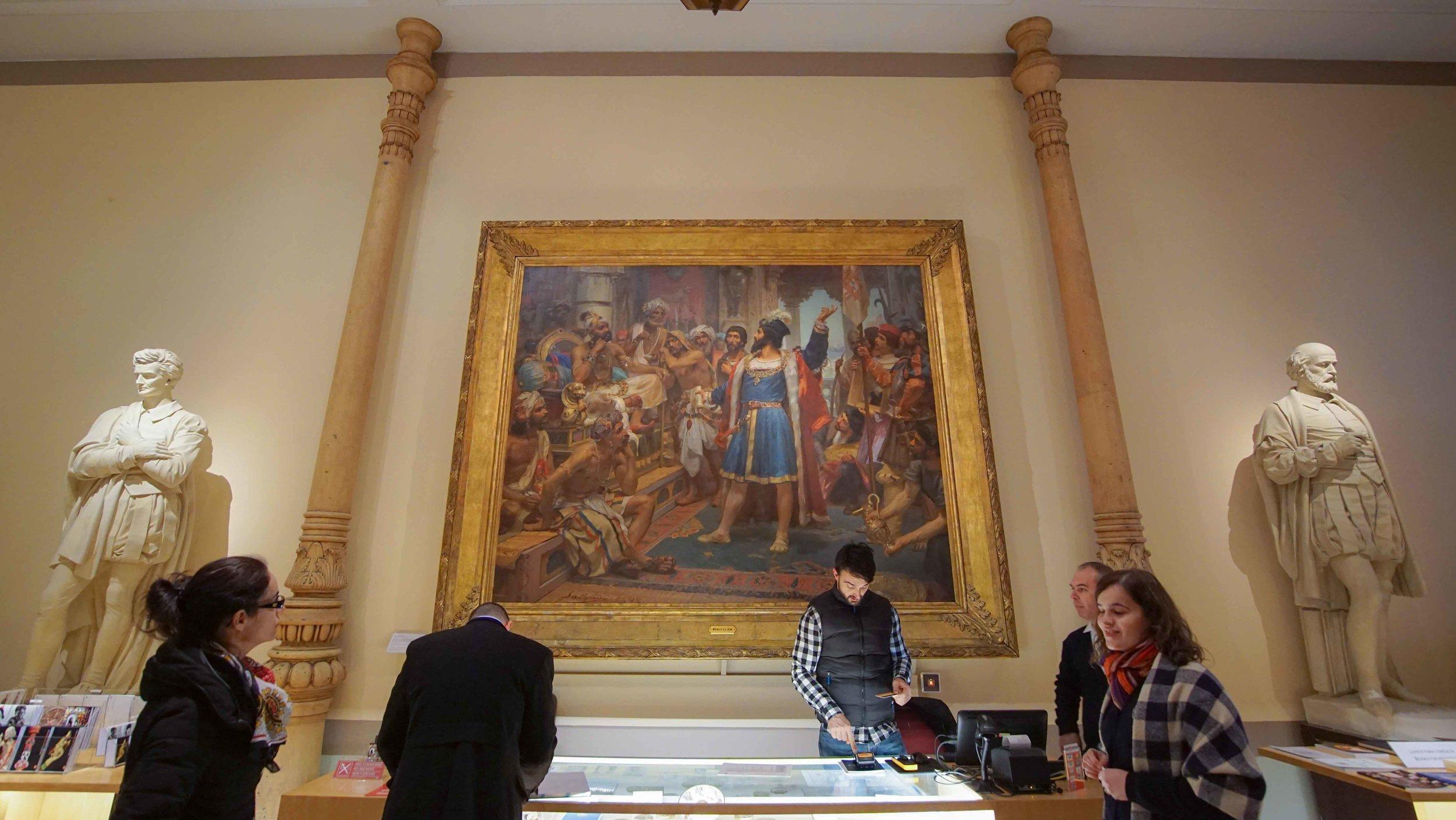 Dans son hall d'entrée, le musée annonce tout de suite la couleur