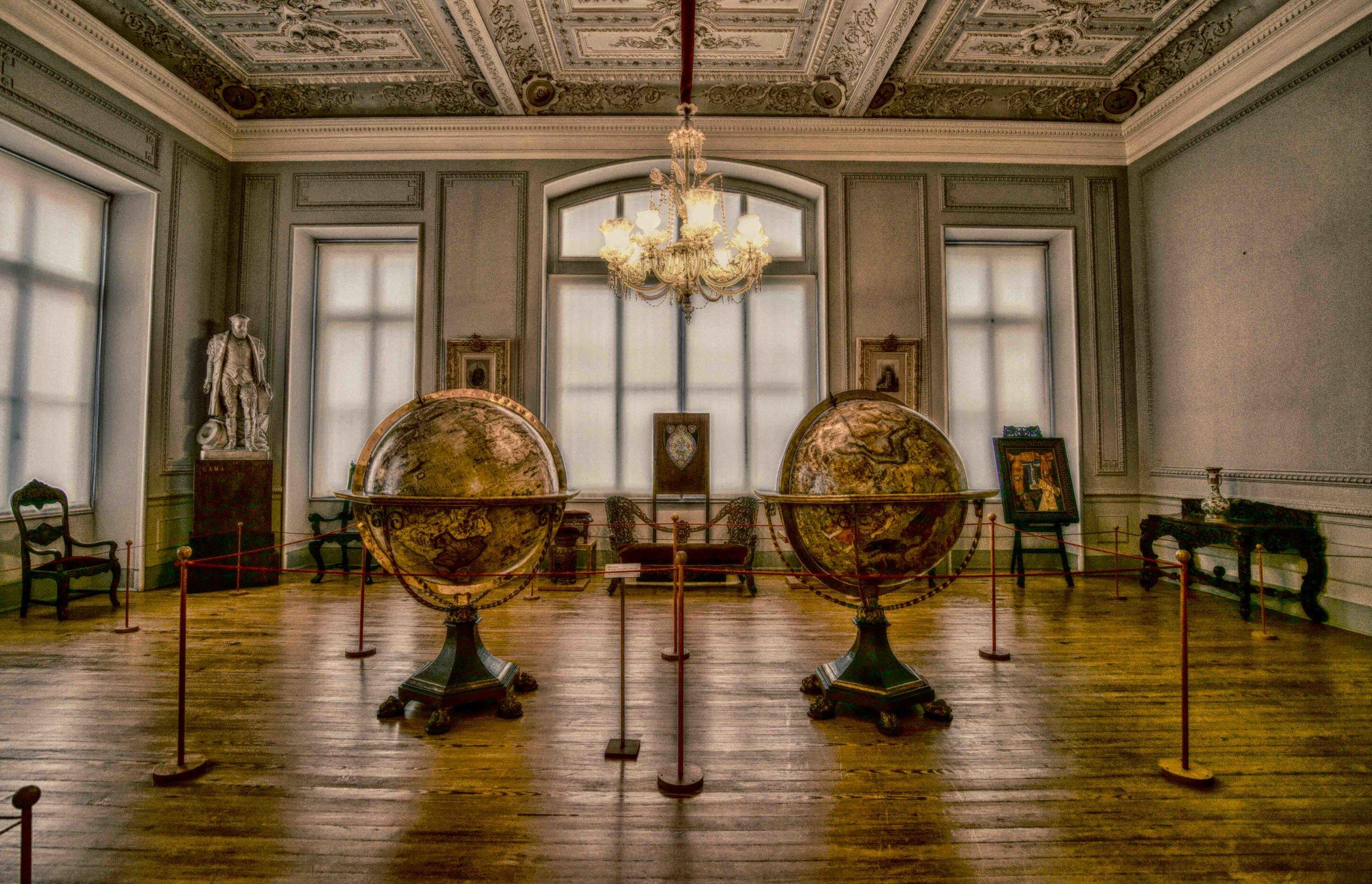 2 énormes sphères représentent la terre et le ciel