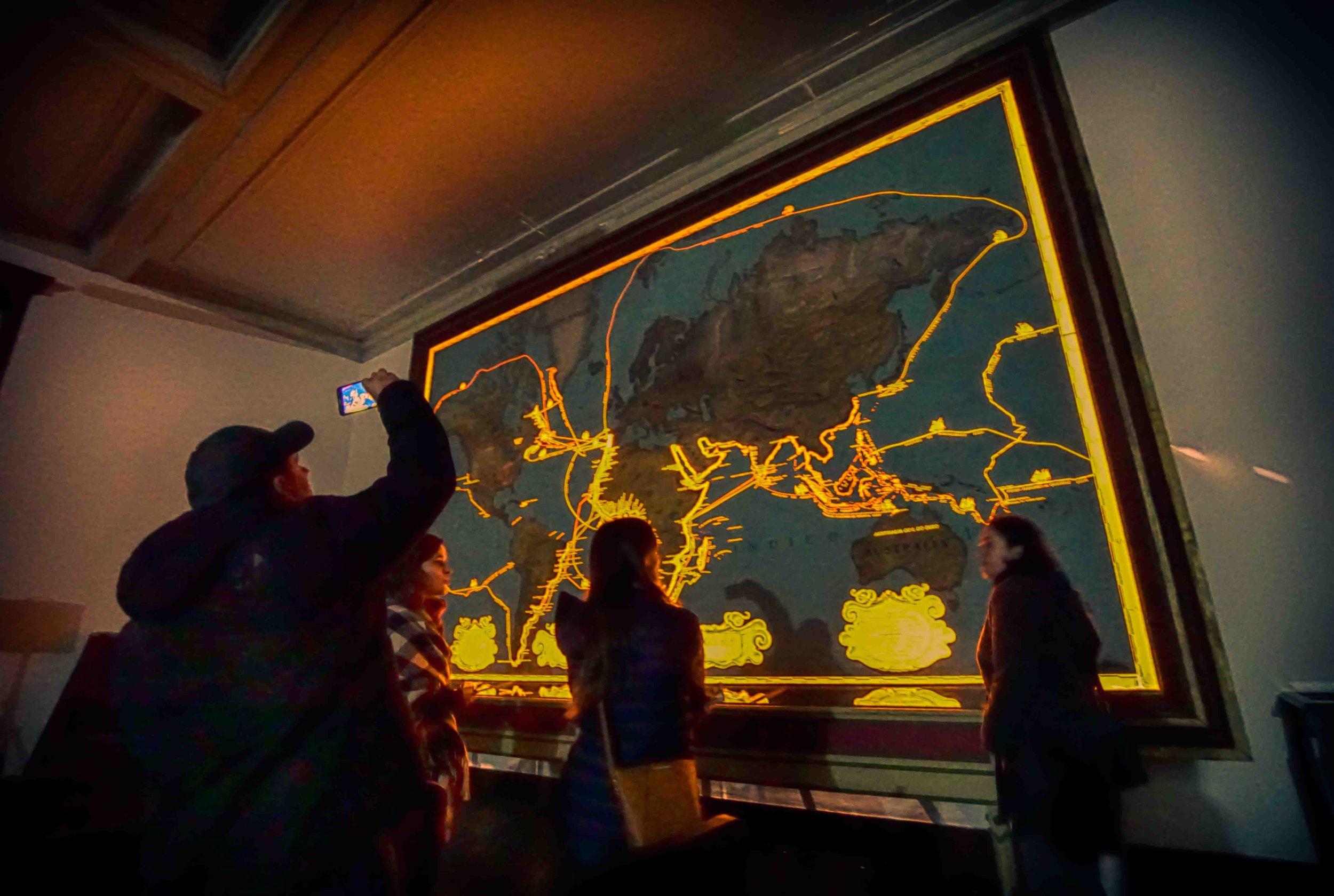 Une fois les lumières éteintes, le Museu da Sociedade de Geografia devient encore plus surprenant