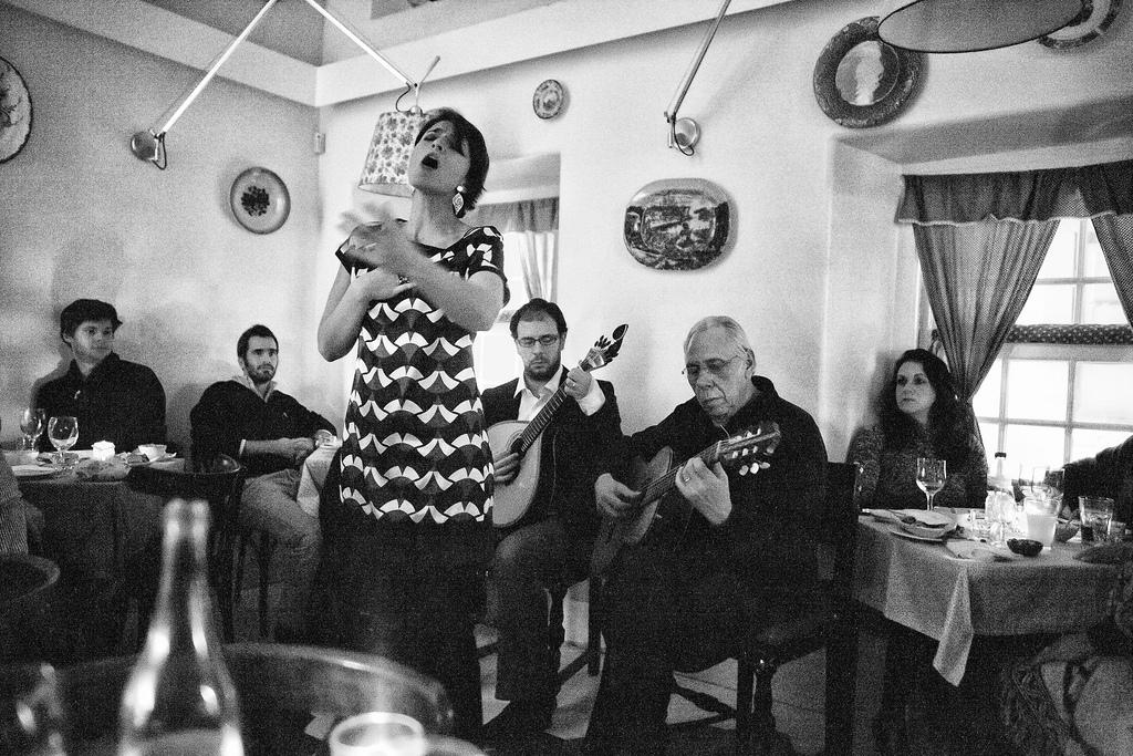 Le Fado s'apprécie dans un bar, dans une maison de Fado ou bien dans un restaurant