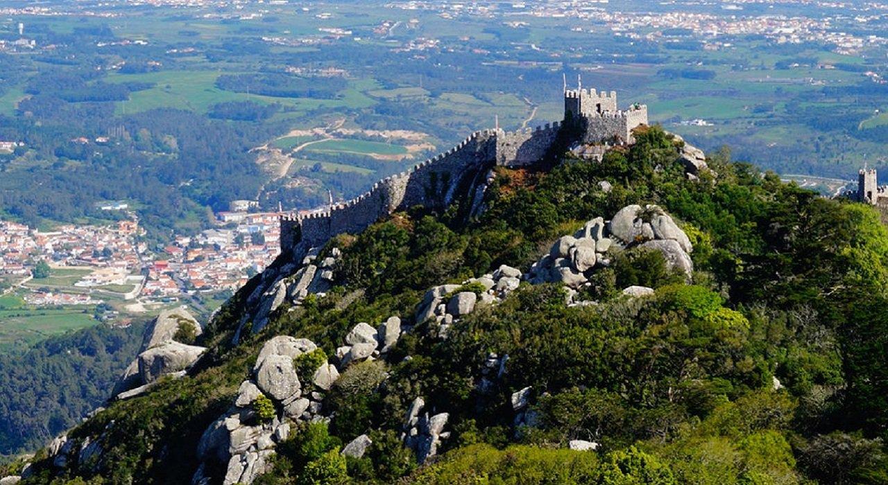 Les murailles du Castelo dos Mouros surplombent le parc naturel de Sintra : n'hésitez pas à le visiter