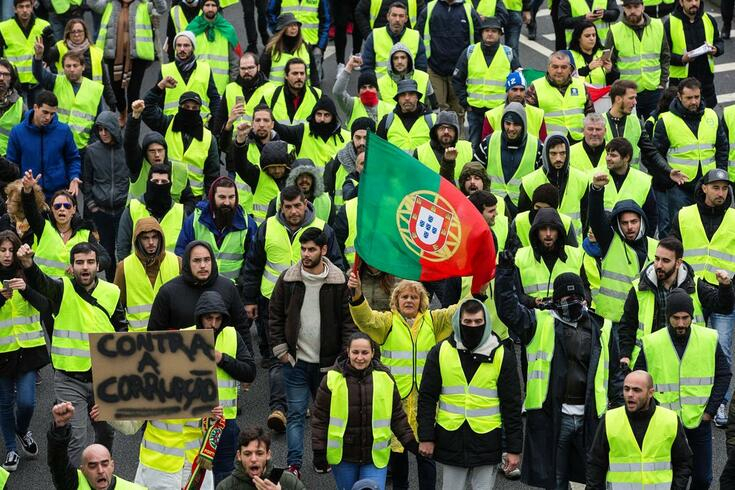 Portuguese yellow vests join carriers' strike and threaten to block the 25th of April bridge on Monday