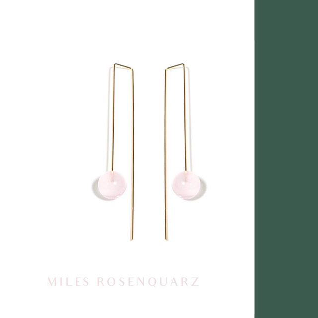 Pink Rose Quartz calms feelings of anger or resentment, and can aid efforts to meditate and reflect. Pink is the color of new love, new romance and new relationships 💕  Have a nice Tuesday ☀️ #rosequartz #earrings #statementearrings #design #minimal #architectural #jewelry #madeingermany #withlove #0711 #studio #goldmarlen