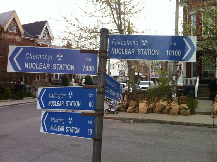 Direction sign to Nukes