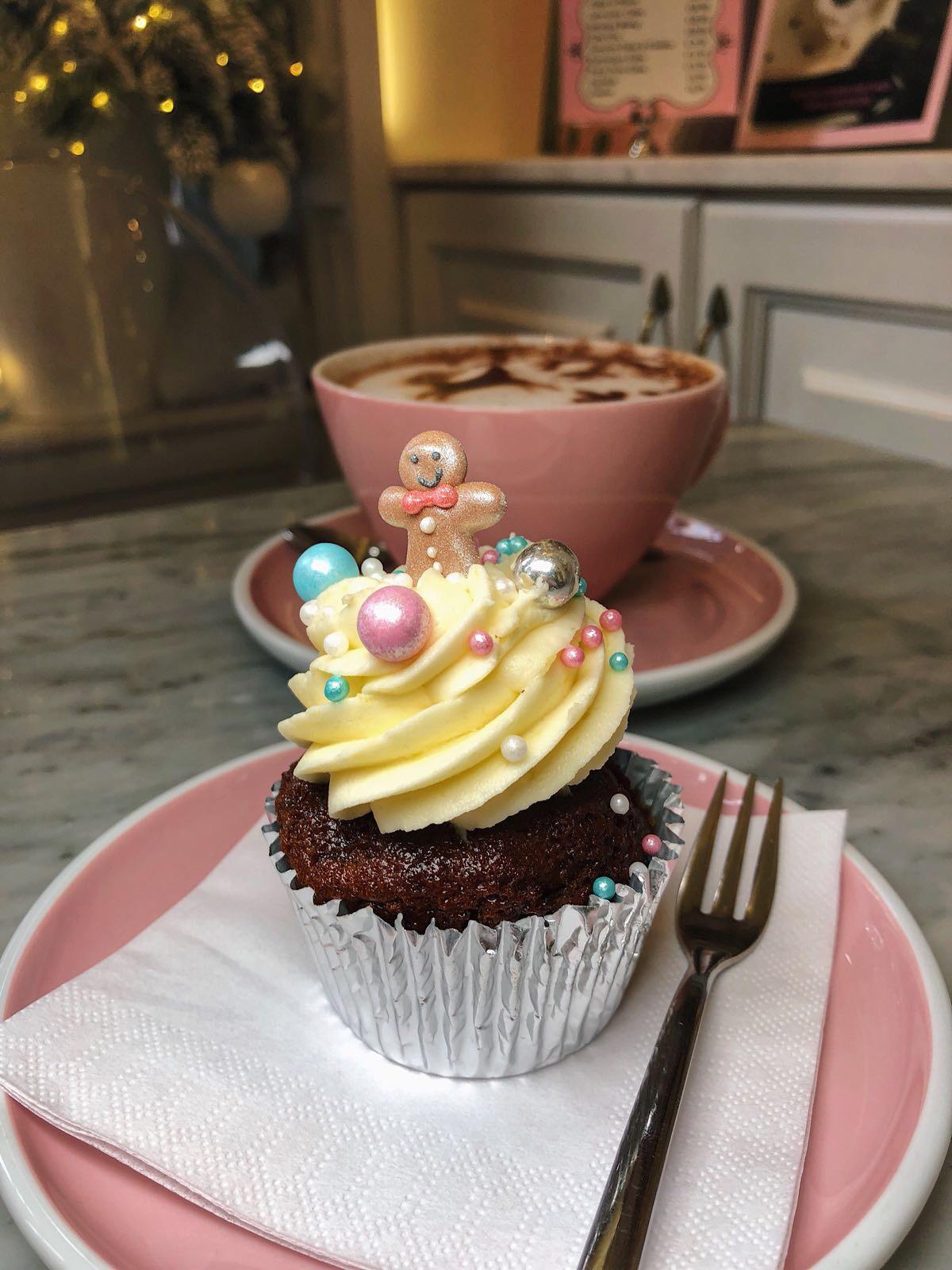 Peggy Porschen Parlour, Belgravia Christmas cupcake