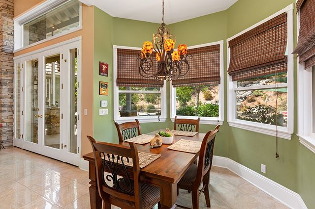 Would you like to start your saturday morning in this giant #breakfastnook?