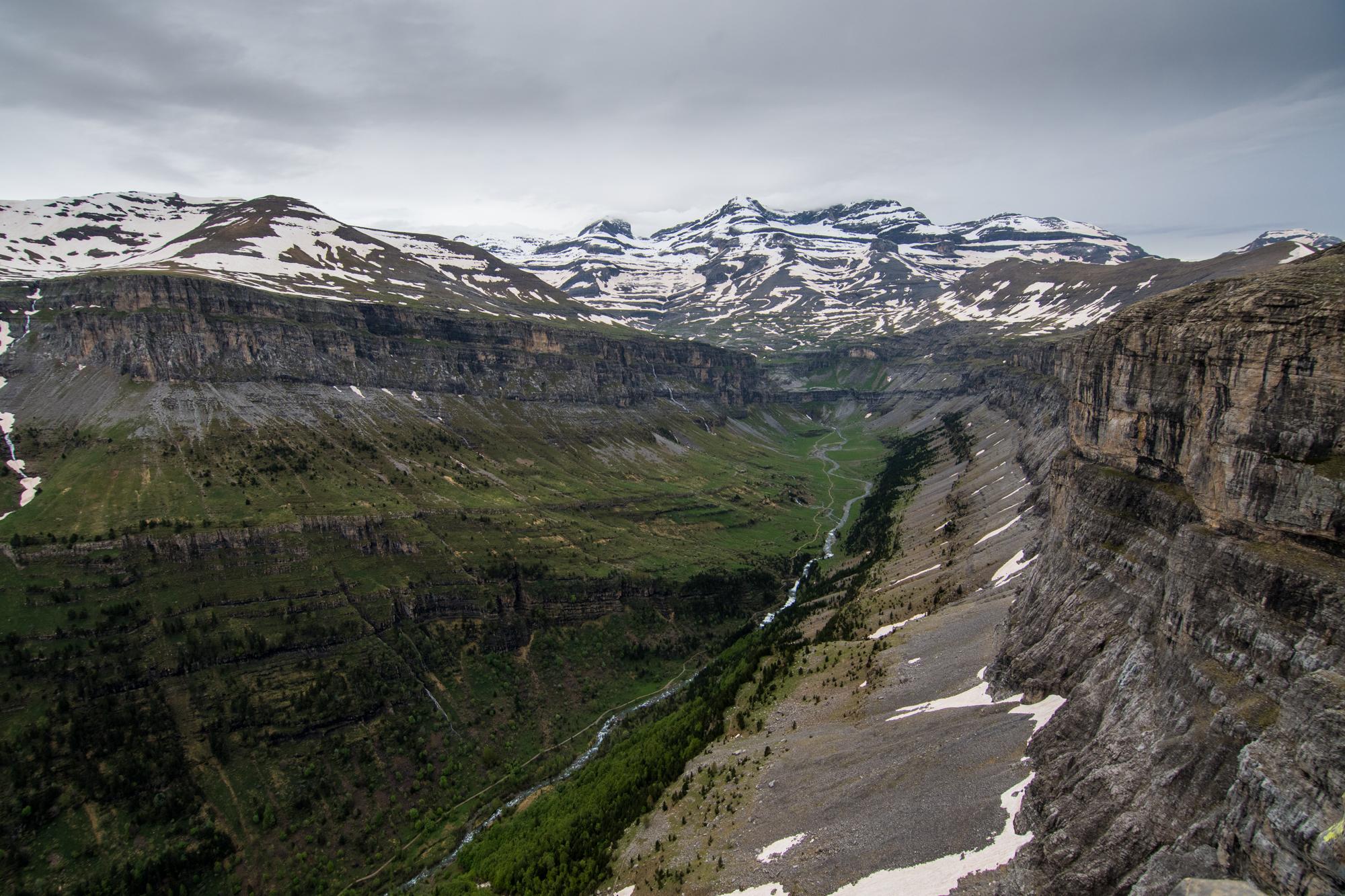 Vista del Valle de Ordesa desde los miradores con el Monte Perdido al fondo.