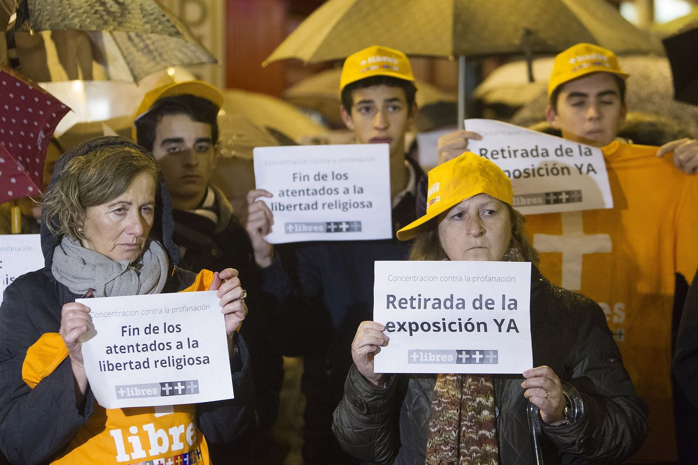 Primera concentración contra la exposición el segundo día de apertura de la muestra en Pamplona. Diario de Noticias de Navarra © Mikel Saiz