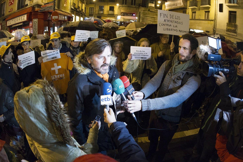 Ignacio Arsuaga, Presidente de Hazte Oir en la primera concentración contra el artista. Diario de Noticias de Navarra © Mikel Saiz