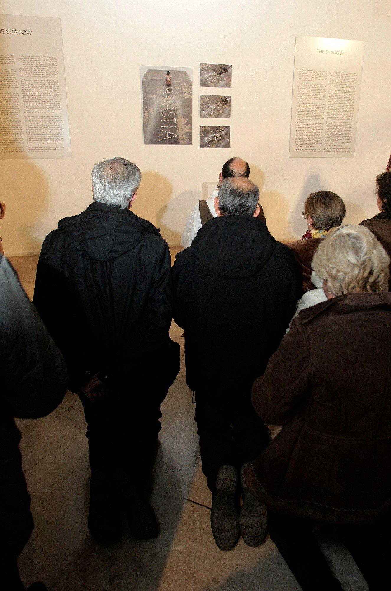 Manifestantes en el interior de la exposición del artista  Abel Azcona formando parte de  Amén . © Javier Bergasa