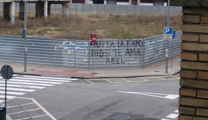 Pintadas en Pamplona contra el artista  Abel Azcona .