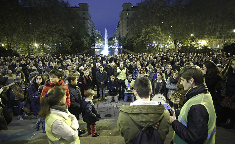 Cientos de personas rezando el Rosario en la puerta de la exposición. Fotografía © Sesma / Buxens.  El Diario de Navarra, periódico conservador y católico, realizó una  galería completa de las concentraciones y manifestaciones durante la exposición del artista Abel Azcona.
